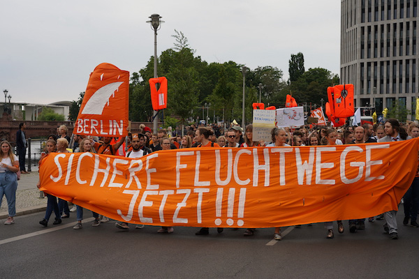 """Seebrücke Demonstration in Berlin """"Sichere Fluchtwege Jetzt!!!"""" Fronttransparent"""